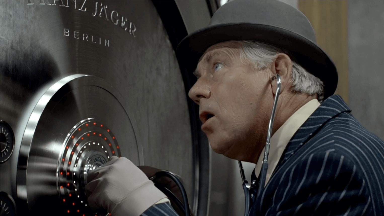 Egon Olsen prøver å åpne et bankhvelv